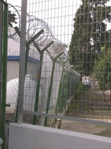 Une dizaine d'étrangers (hommes et femmes) peuvent être maintenus en rétention dans le commissariat de Paphos construit durant l'époque coloniale britannique. Un nouveau commissariat devrait ouvrir en février 2010, selon un des responsables de la police.